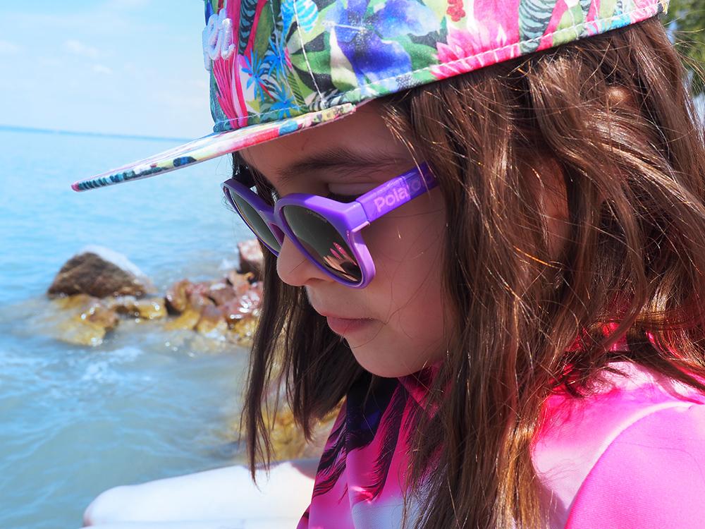 dziecko w okularach polaroid i czapce