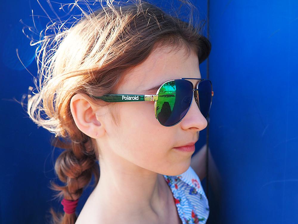 dziecko i okulary na niebieskim tle