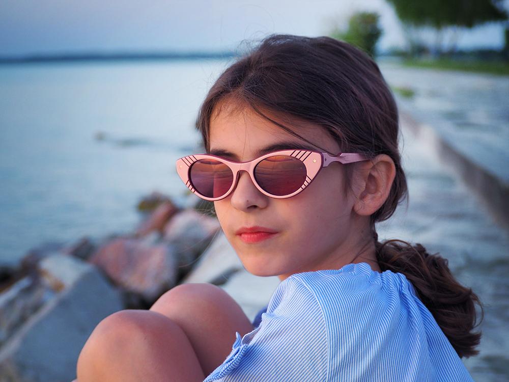 dziecko w okularach na plaży